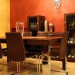 tavolo, sedie e mobile